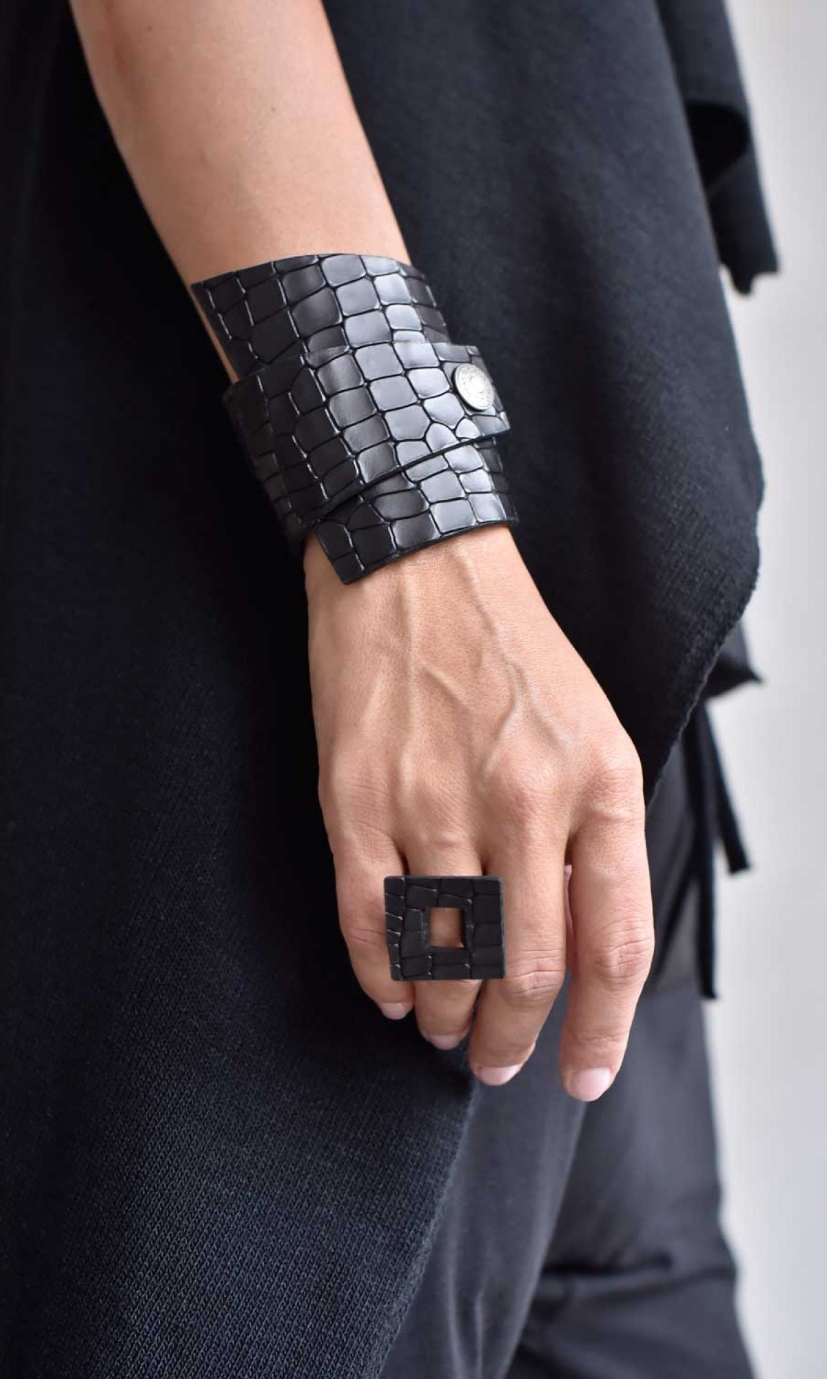 Square head Leather Ring A23805