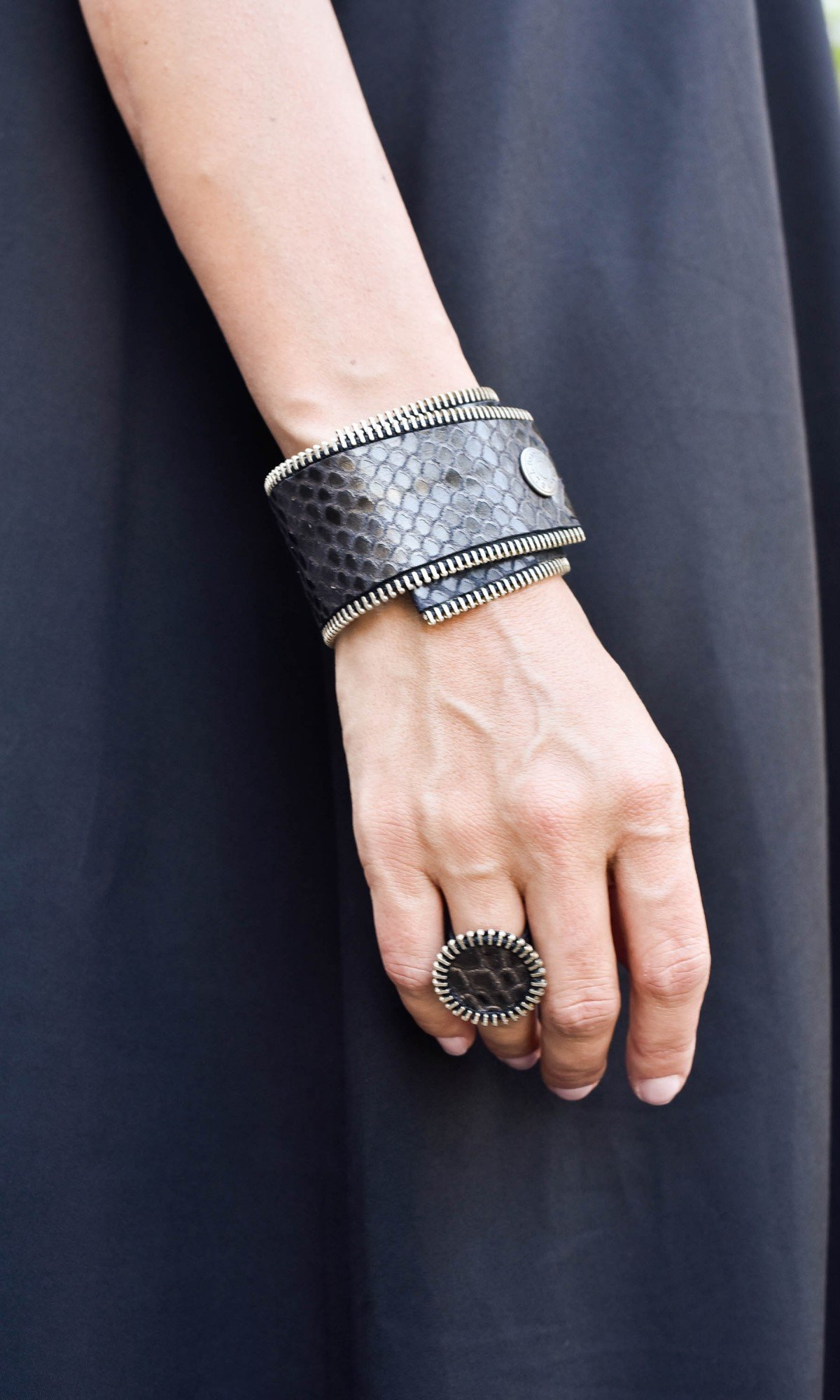 Circle Zipper Leather Ring A90369