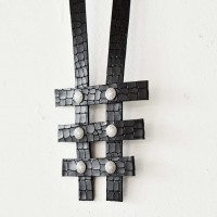 Trendy Leather necklace with crossed ornaments A90376