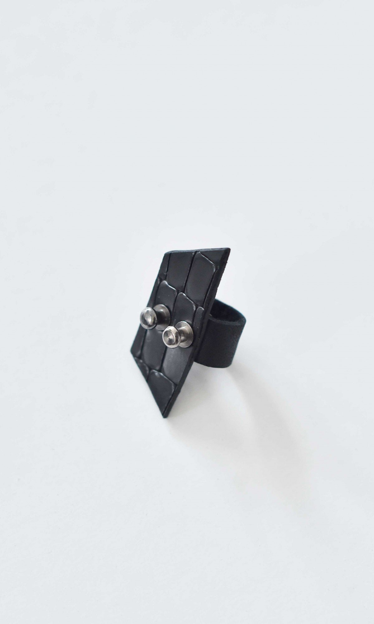 Square head Leather Ring A90381